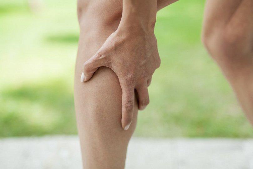Skausmingi raumenų spazmai: kojų mėšlungio priežastys ir terapija